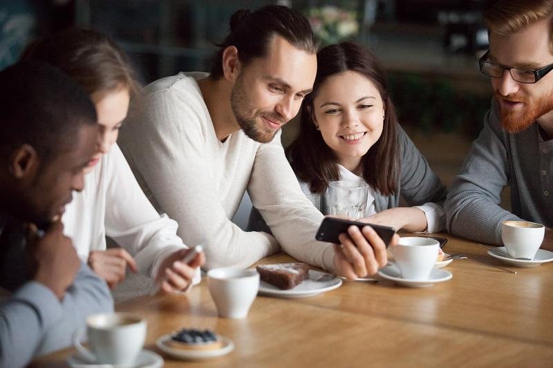 Lidé si prohlížejí novou nabídku mobilních tarifů