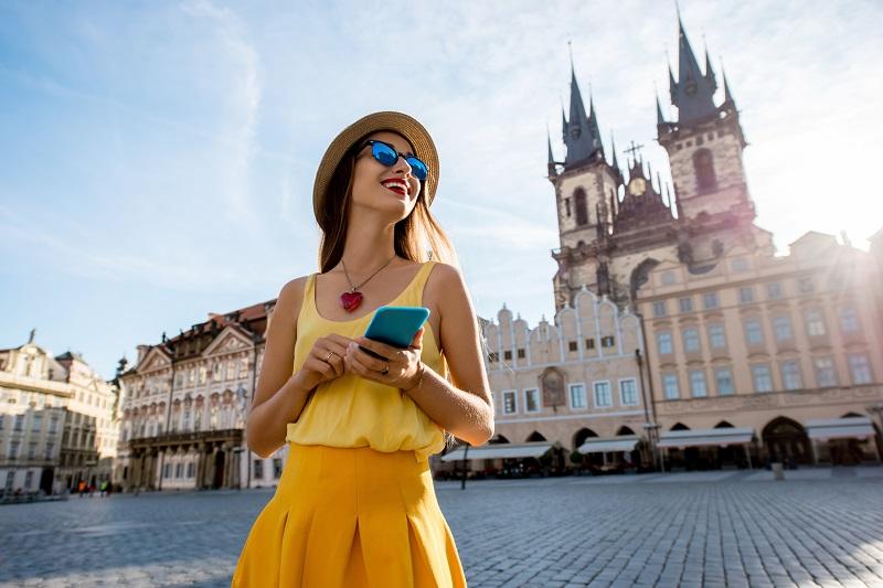 Žena s telefonem, který disponuje neomezeným tarifem
