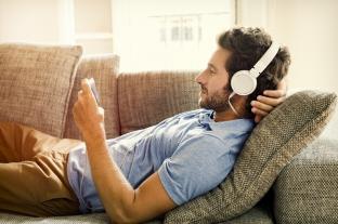 Jak sledovat TV pořady a seriály na mobilech? Zkuste internetovou televizi